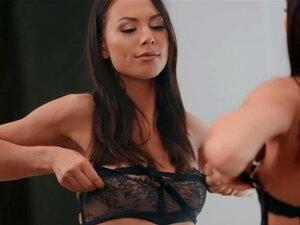 Die wunderschöne Aidra Fox wünscht sich die anale Zerstörung von seinem riesigen Schwanz