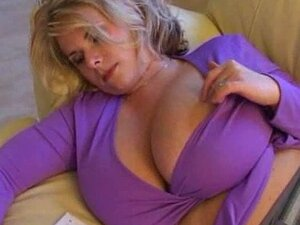 Brüste blondine große Große Brust