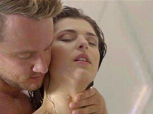 Leah Gotti und Jenna polieren ihre Fotzen mit Zungen in der Dusche