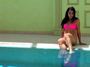 Rothaarige Hottie Liza Bubarek zieht ihren Badeanzug unter Wasser aus