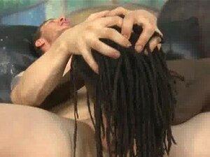Curly Ebenholzschlampe aus Afrika wird von zwei weißen Typen zerschmettert